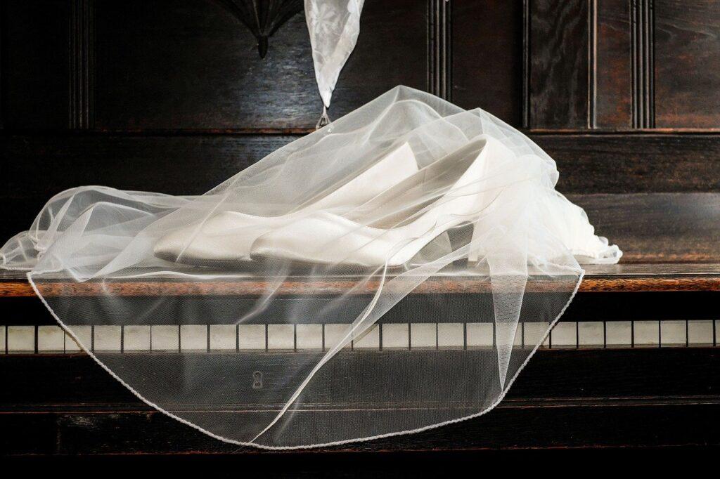Nicht auf jeder Hochzeit anzutreffen: der Brautschleier. Er verhüllt das Gesicht der Braut bis zum Ja-Wort.