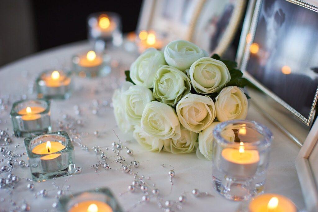 Kerzen sorgen für eine romantische Stimmung bei der Hochzeitsfeier.