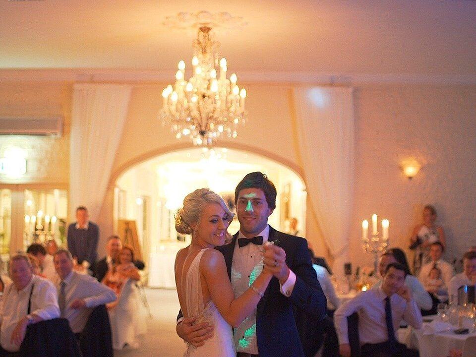 Das Brautpaar eröffnet die Tanzfläche mit einem Hochzeitswalzer.