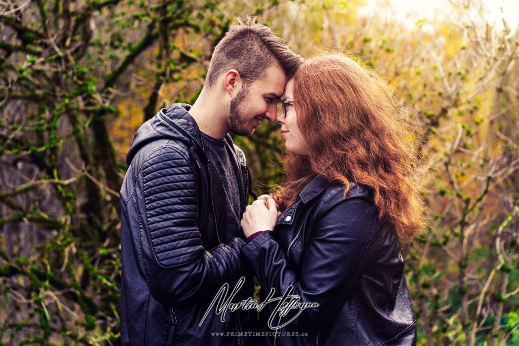 ein romantische Heiratsantrag in der Natur