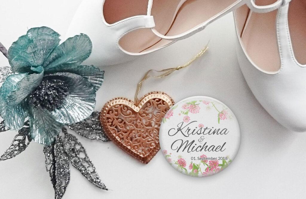 Hochzeit-Button mit Namen als Namensschild und Erinnerungsstück