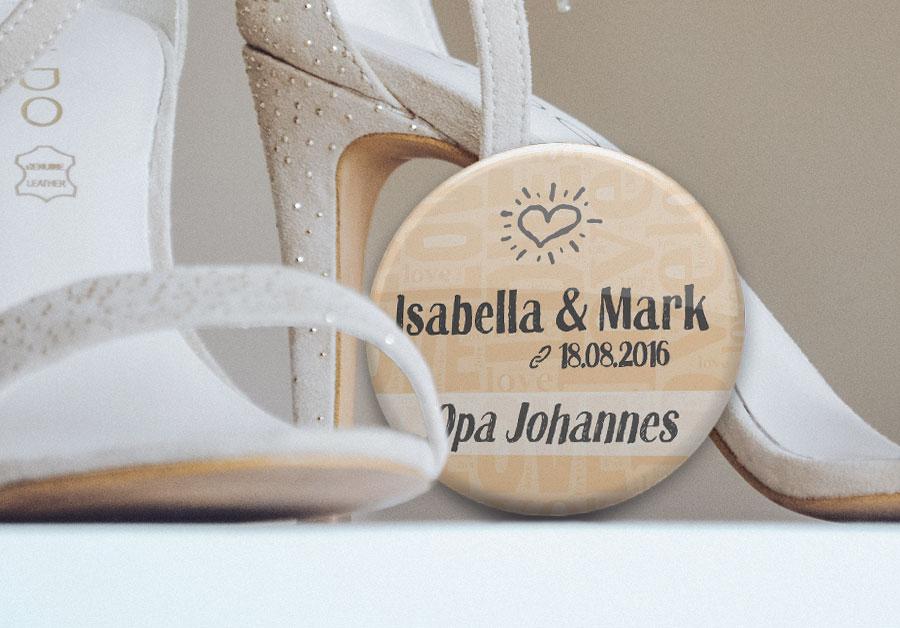 personalisiertes Namensschild von stylebutton.de neben Brautschuhen