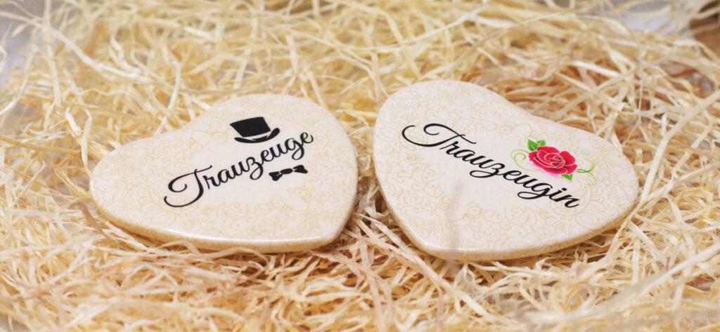Namensschilder für Trauzeuge und Trauzeugin in Herzform